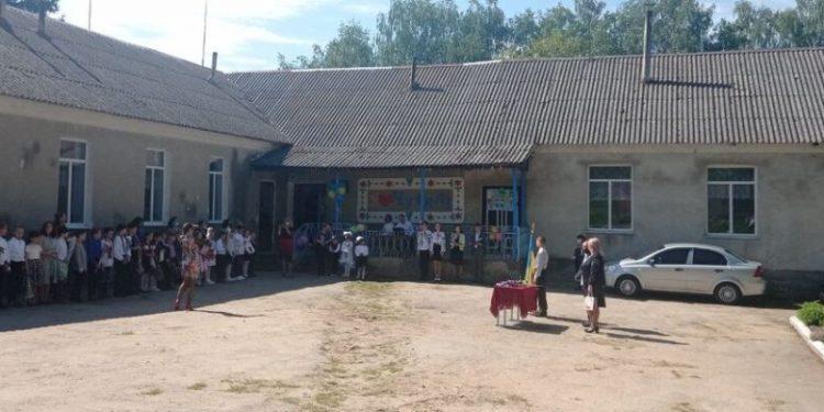 Фото: гімназія у селі Чугалівськ, яку реорганізували в початкову школу